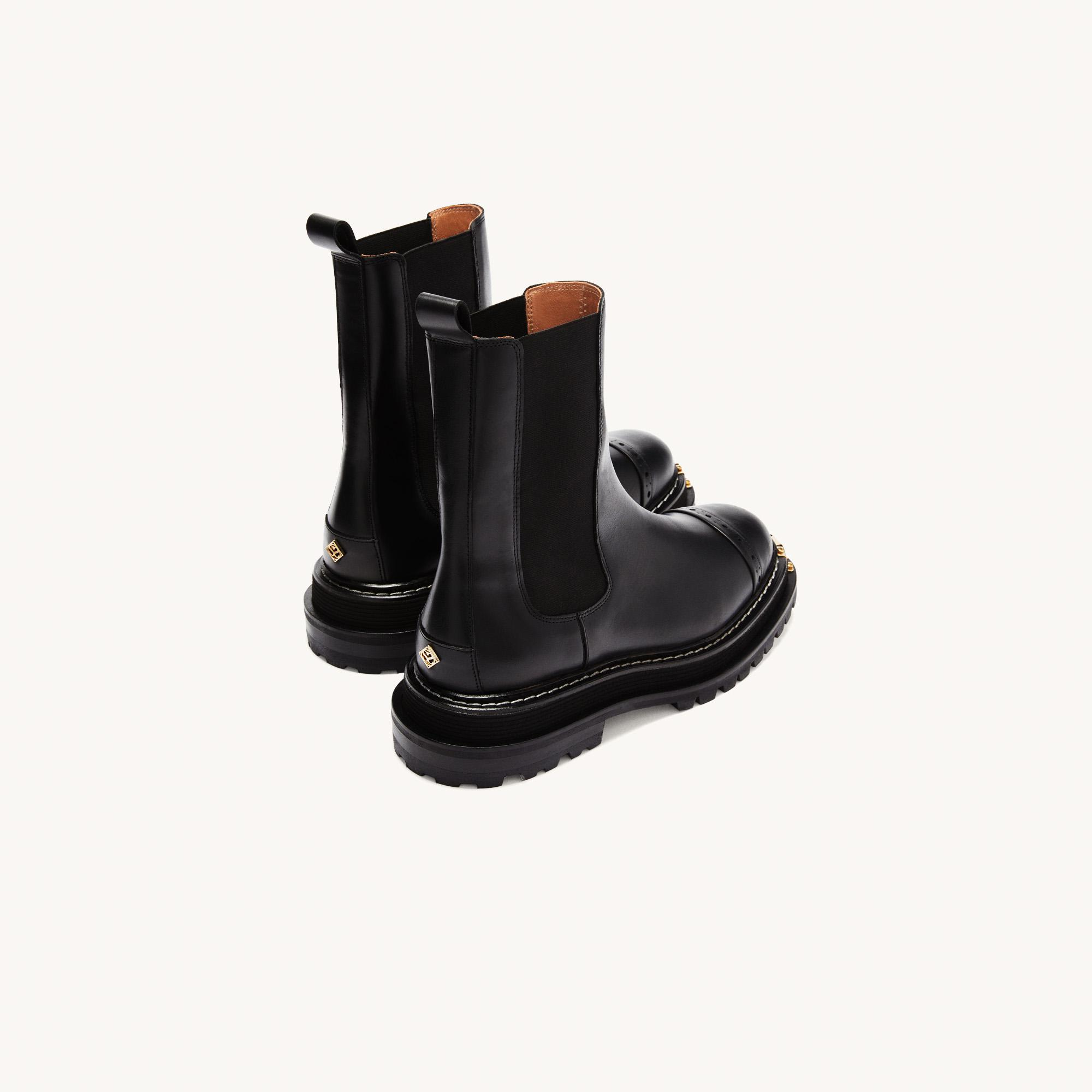 Ankle boots with notched sole 2