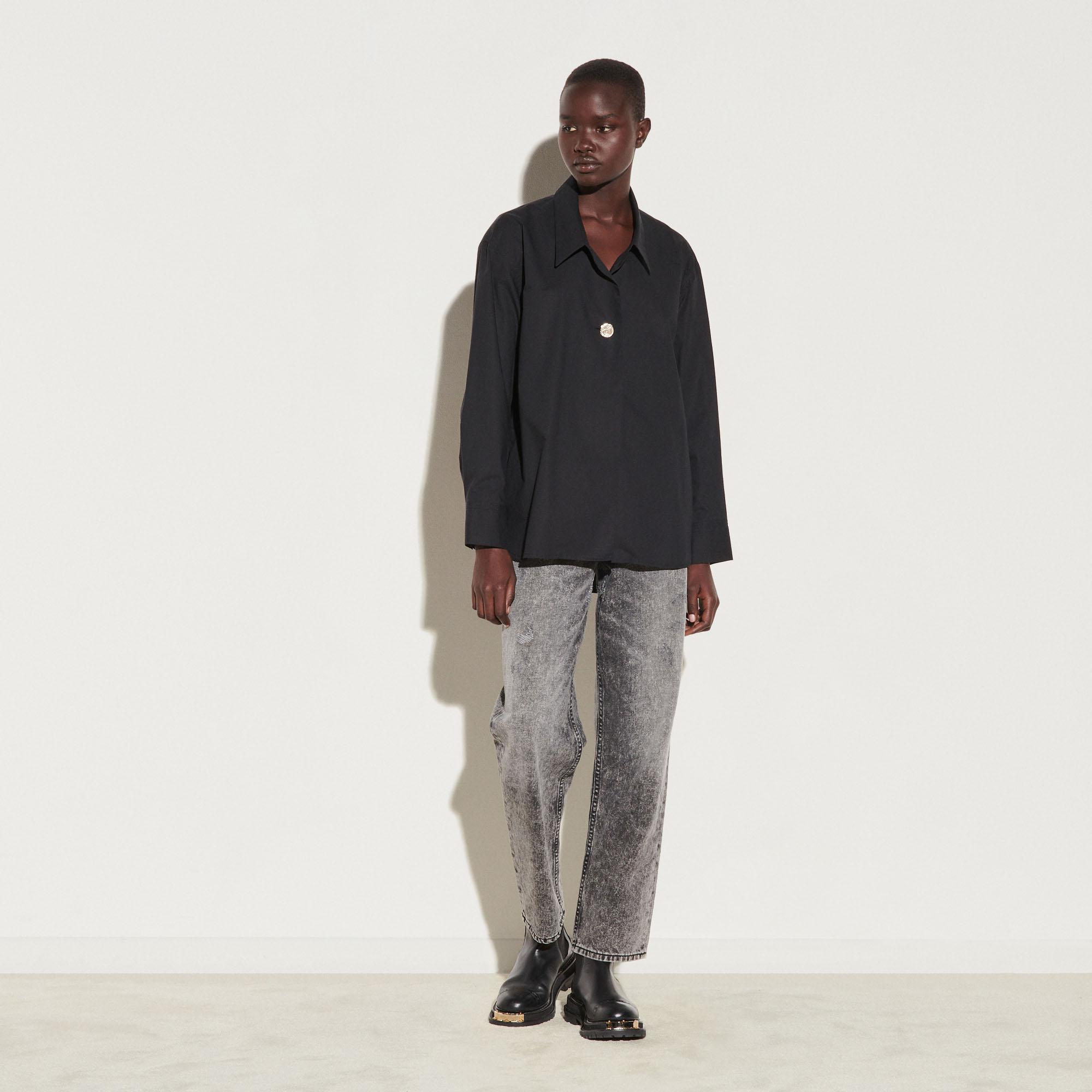 Oversized shirt with fancy button 4