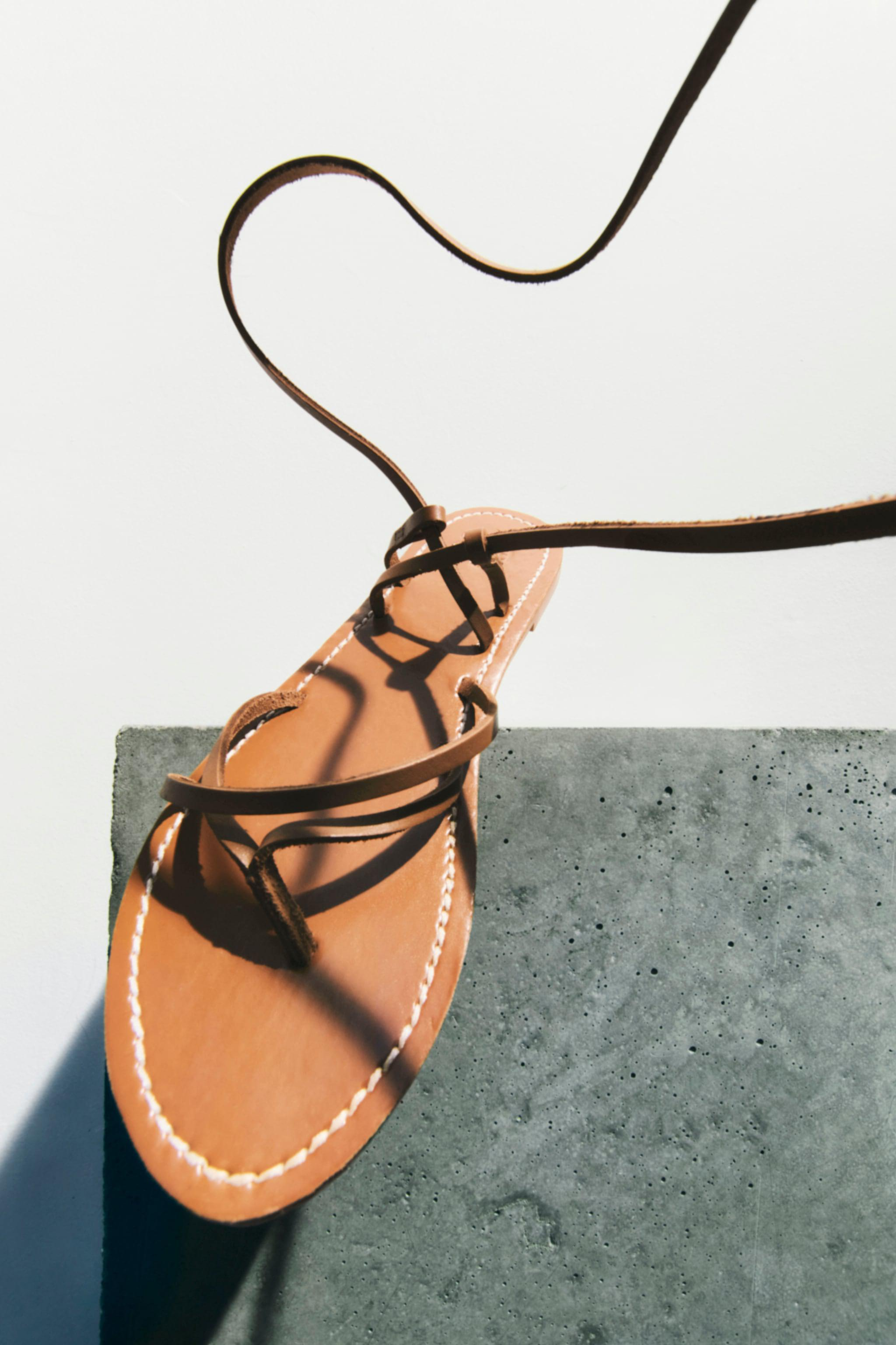 TIED FLAT LEATHER SANDALS TRF