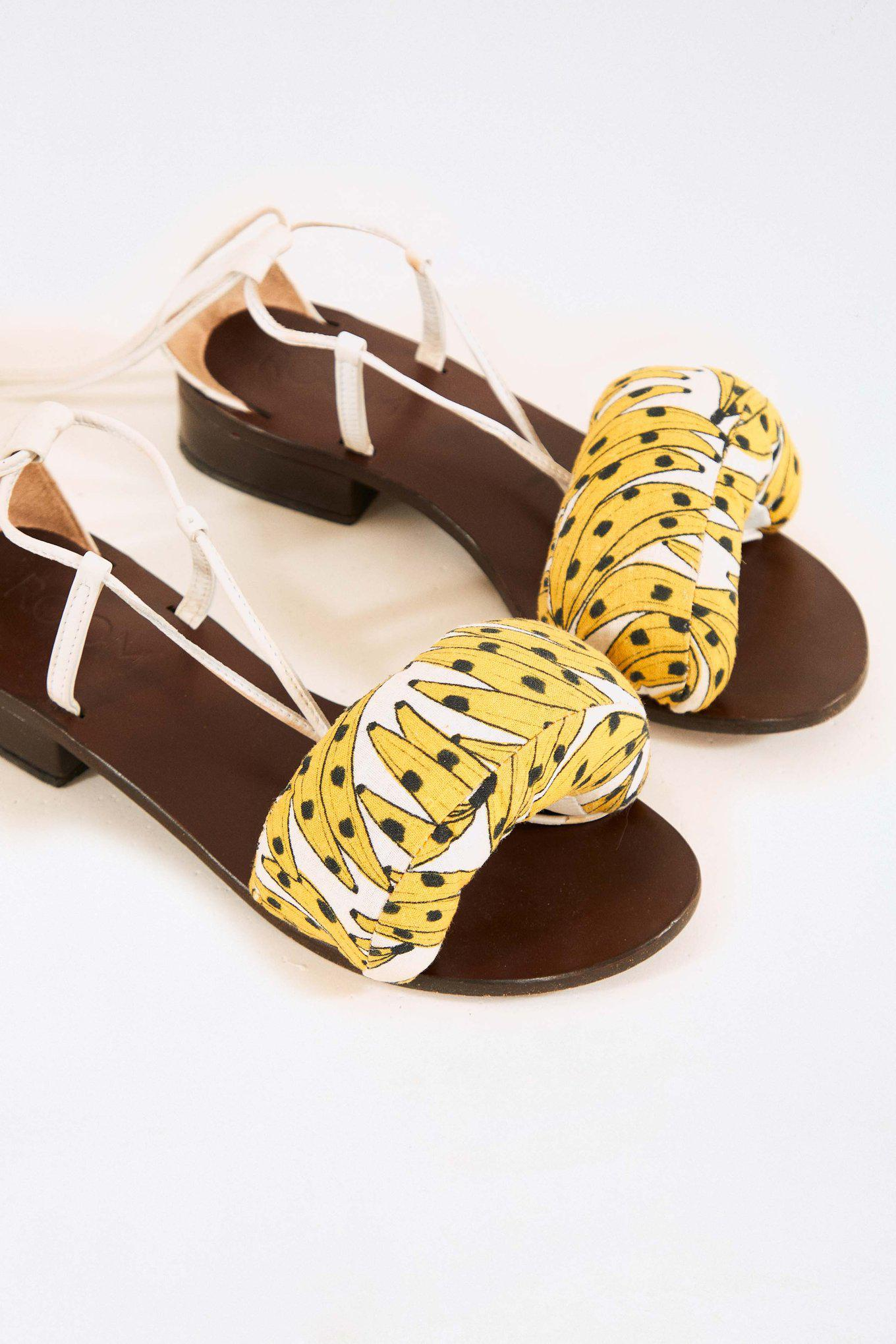 WHITE SPOTTED BANANAS ROOM STRAPS SANDALS