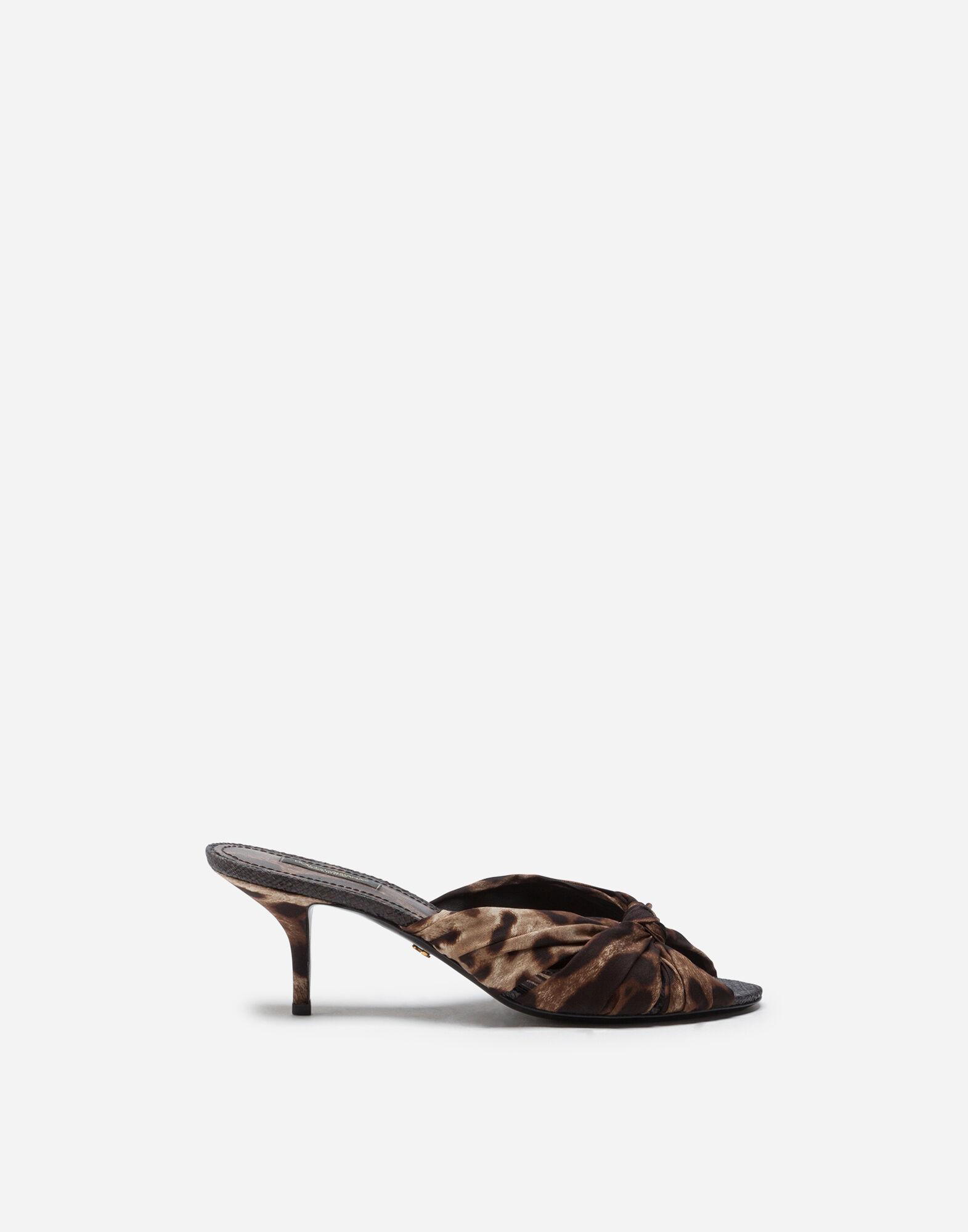 Sliders in twill with leopard print