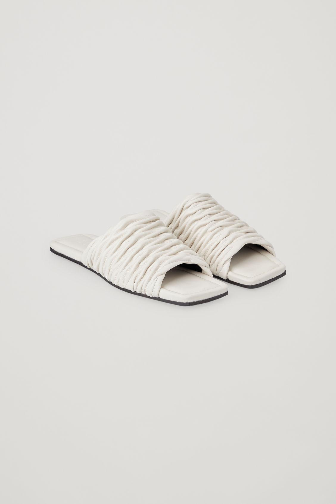 LEATHER SQUARE-TOE SANDALS
