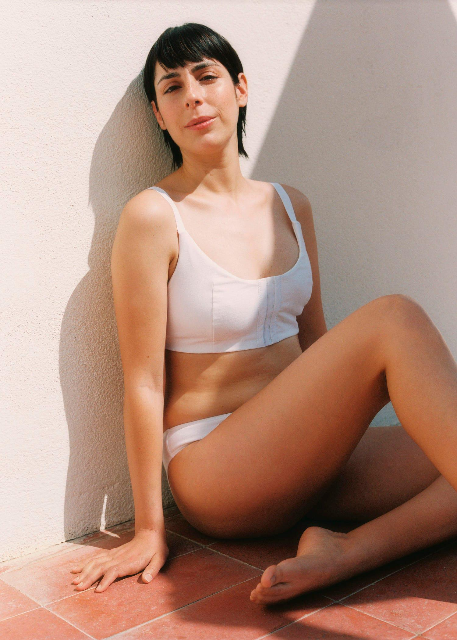 Sport bra with adaptable cups