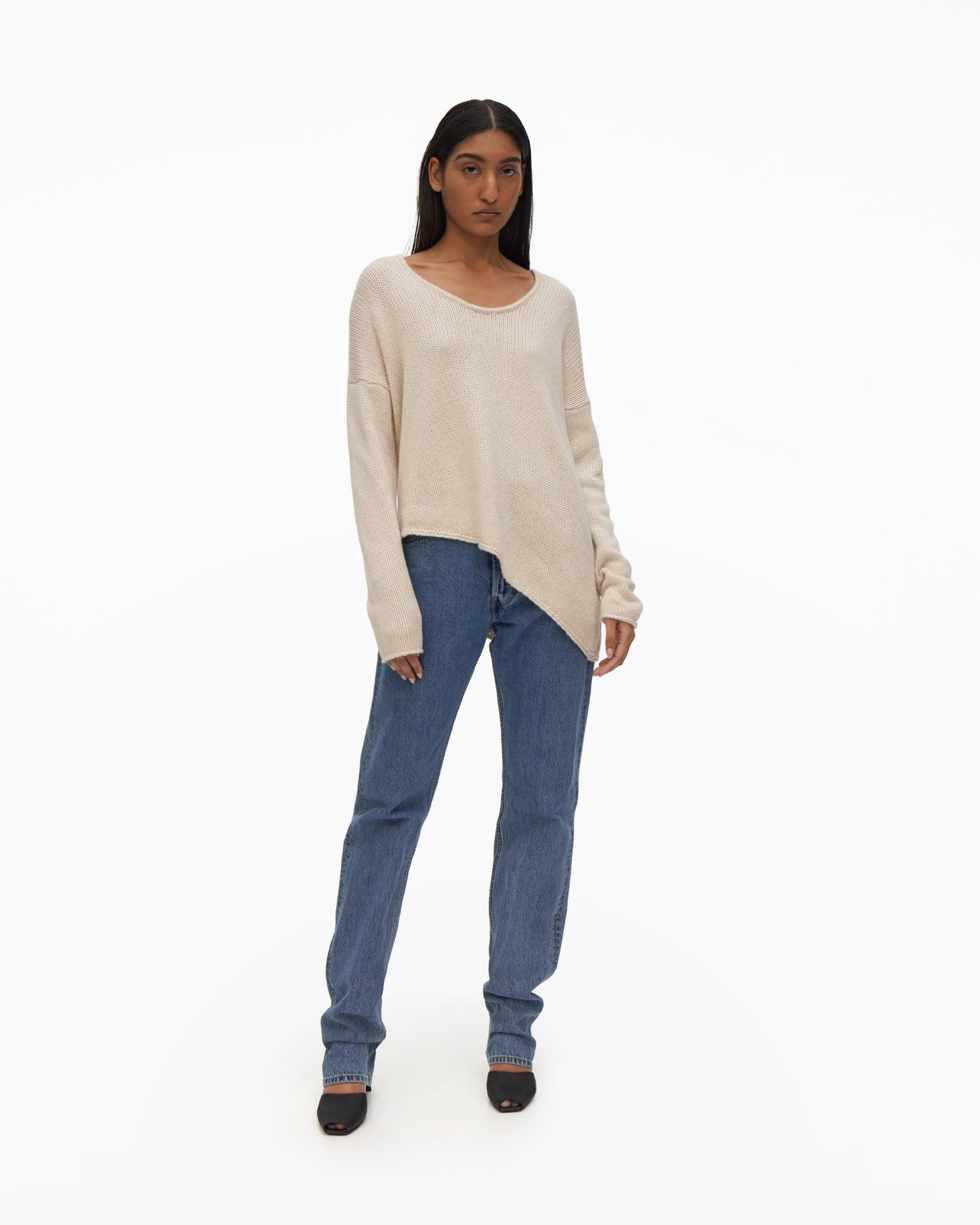 ASYMETRIC ROUNDED V-NECK SWEATER