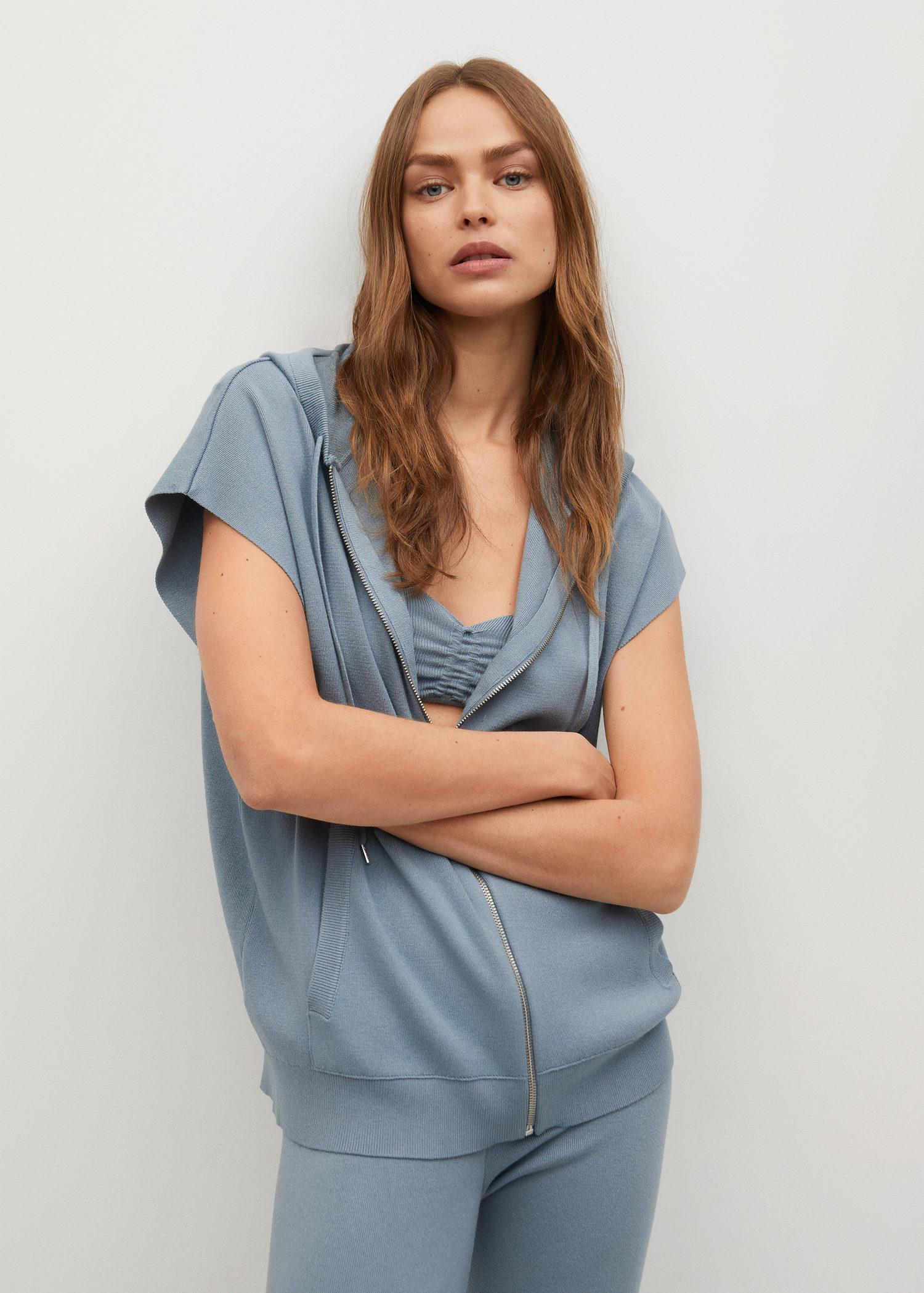 Hooded vest with zipper