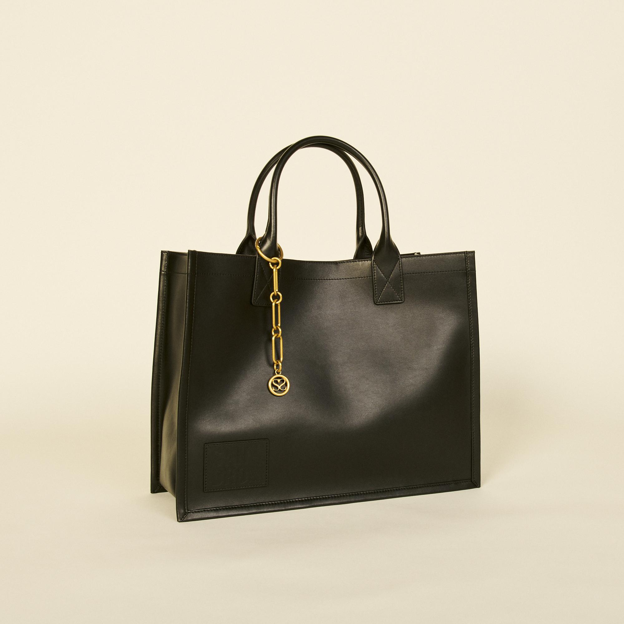 Leather tote bag with chain jewellery