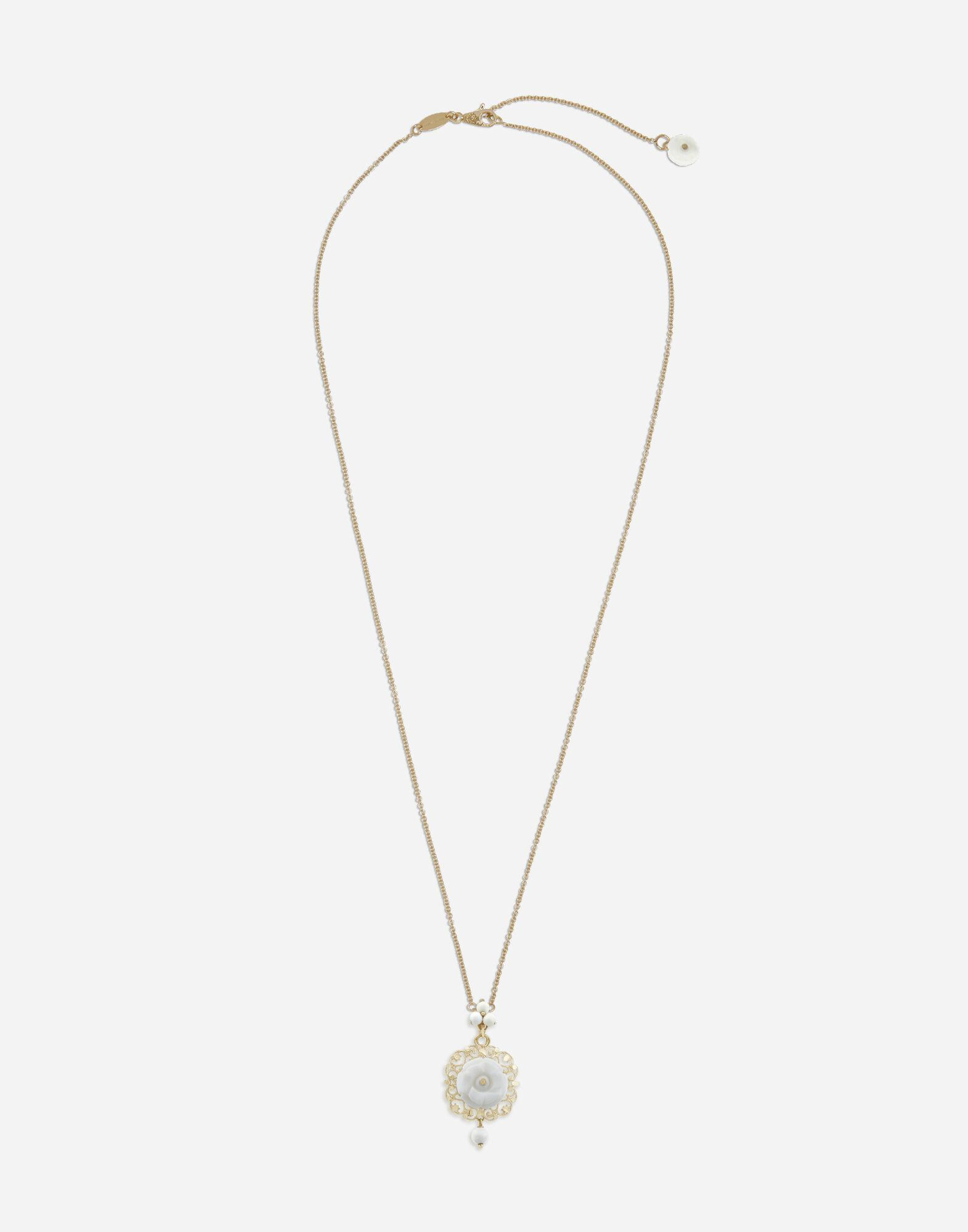 Mamma pendant in yellow gold and white opals