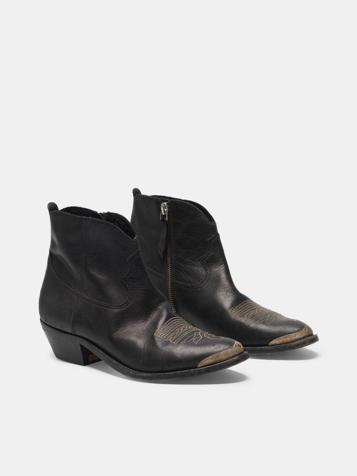 Young ankle boots in leather with cowboy-style decoration 2