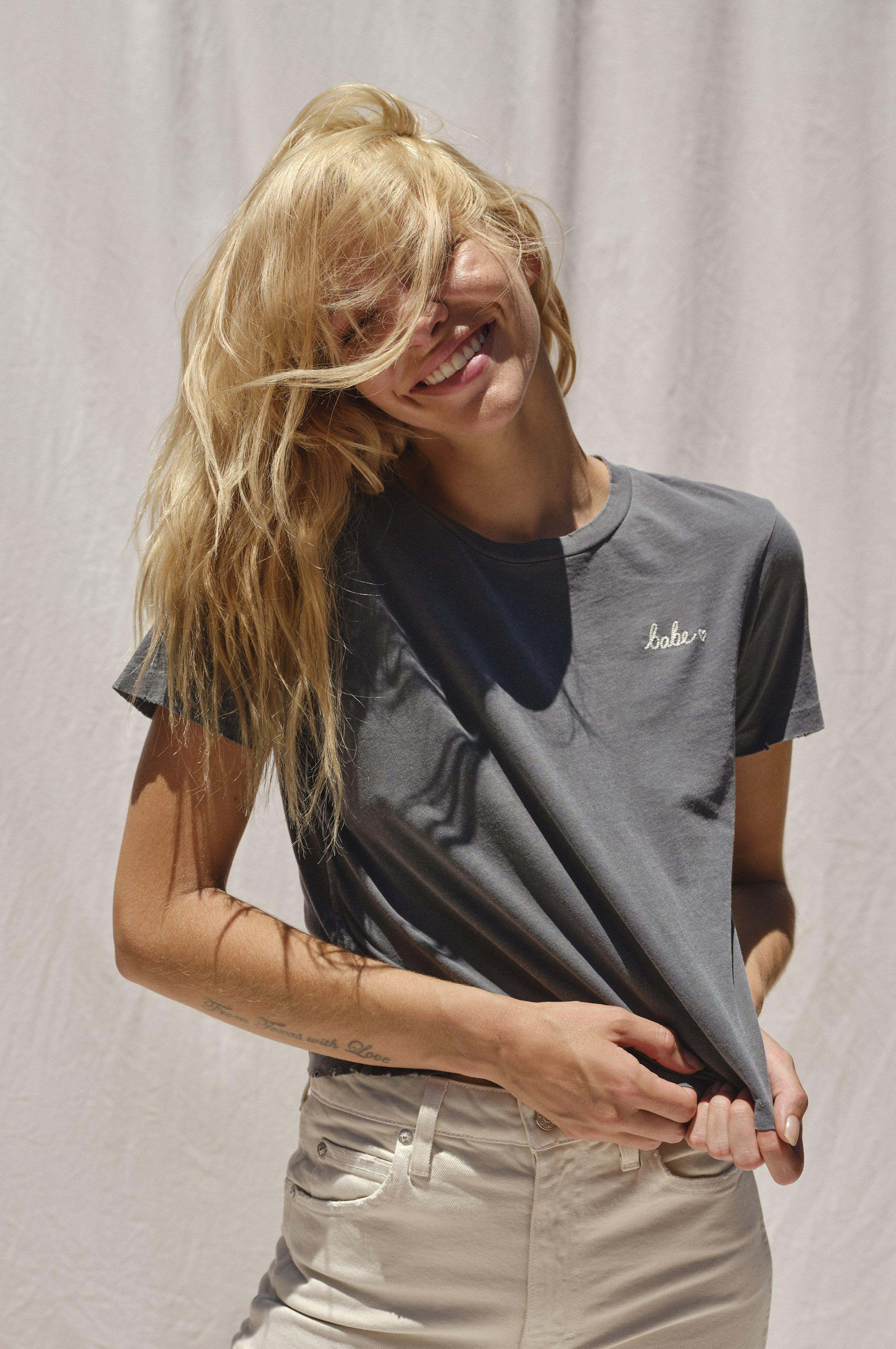 BABE TEE W/ EMBROIDERY FADED BLACK