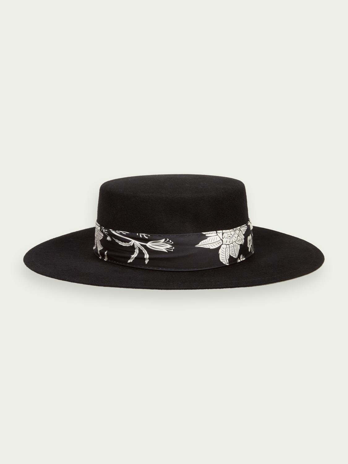 Wool hat with printed ribbon