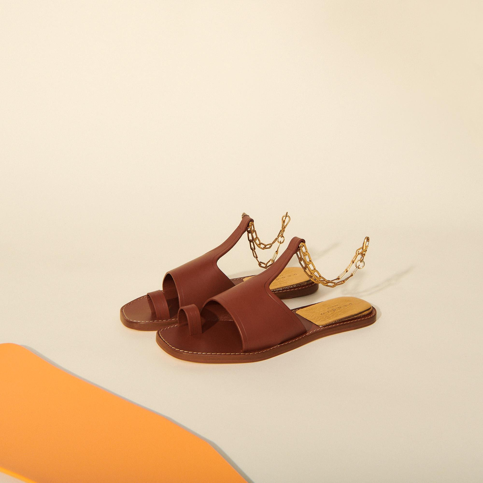 Leather sandals with chain detail