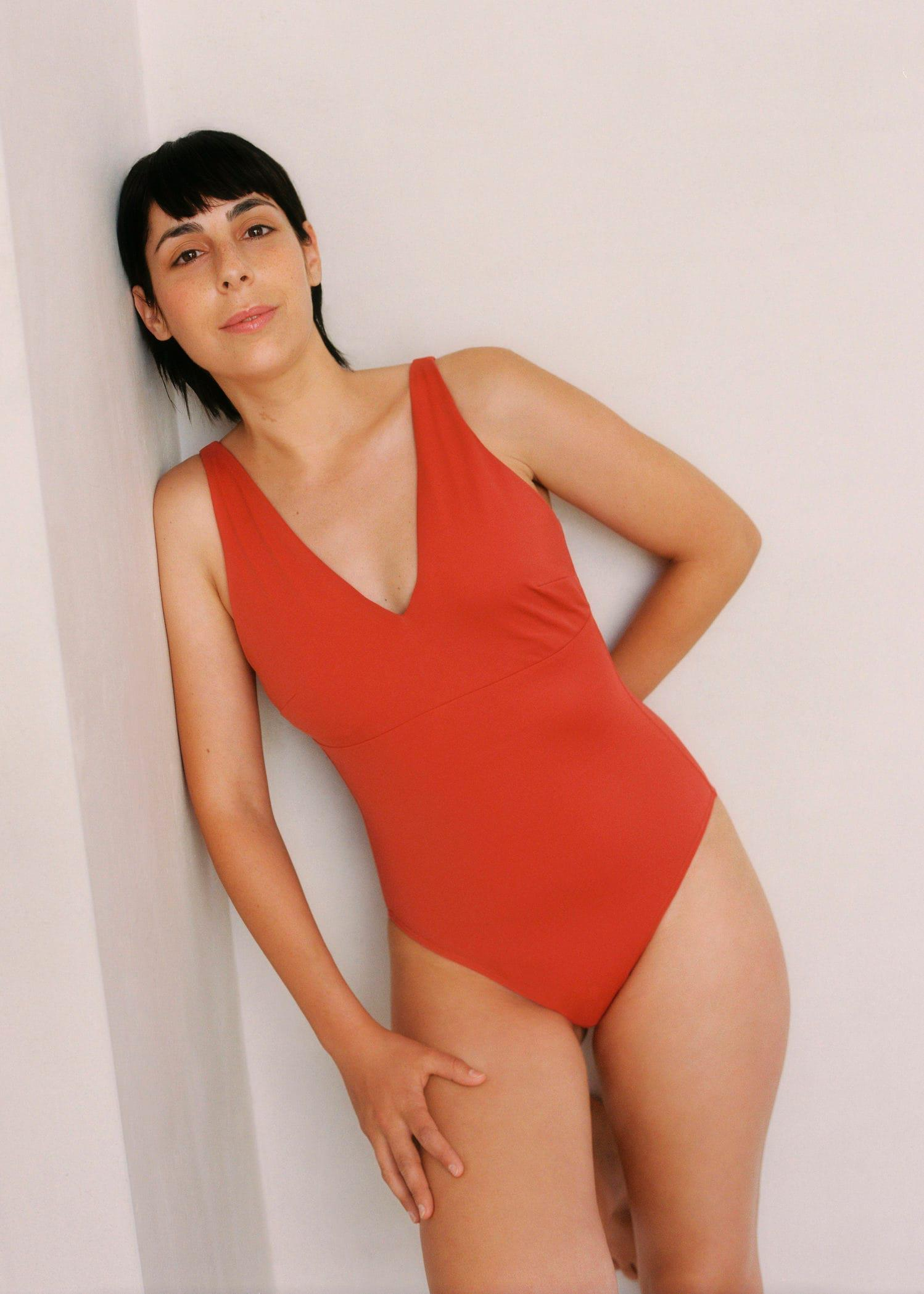 Swimsuit with adaptable cups