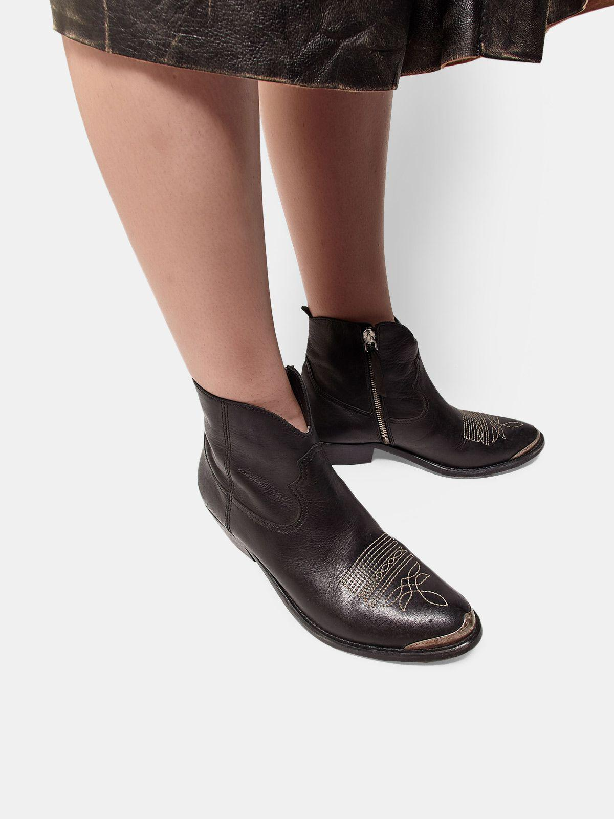 Young ankle boots in leather with cowboy-style decoration 4