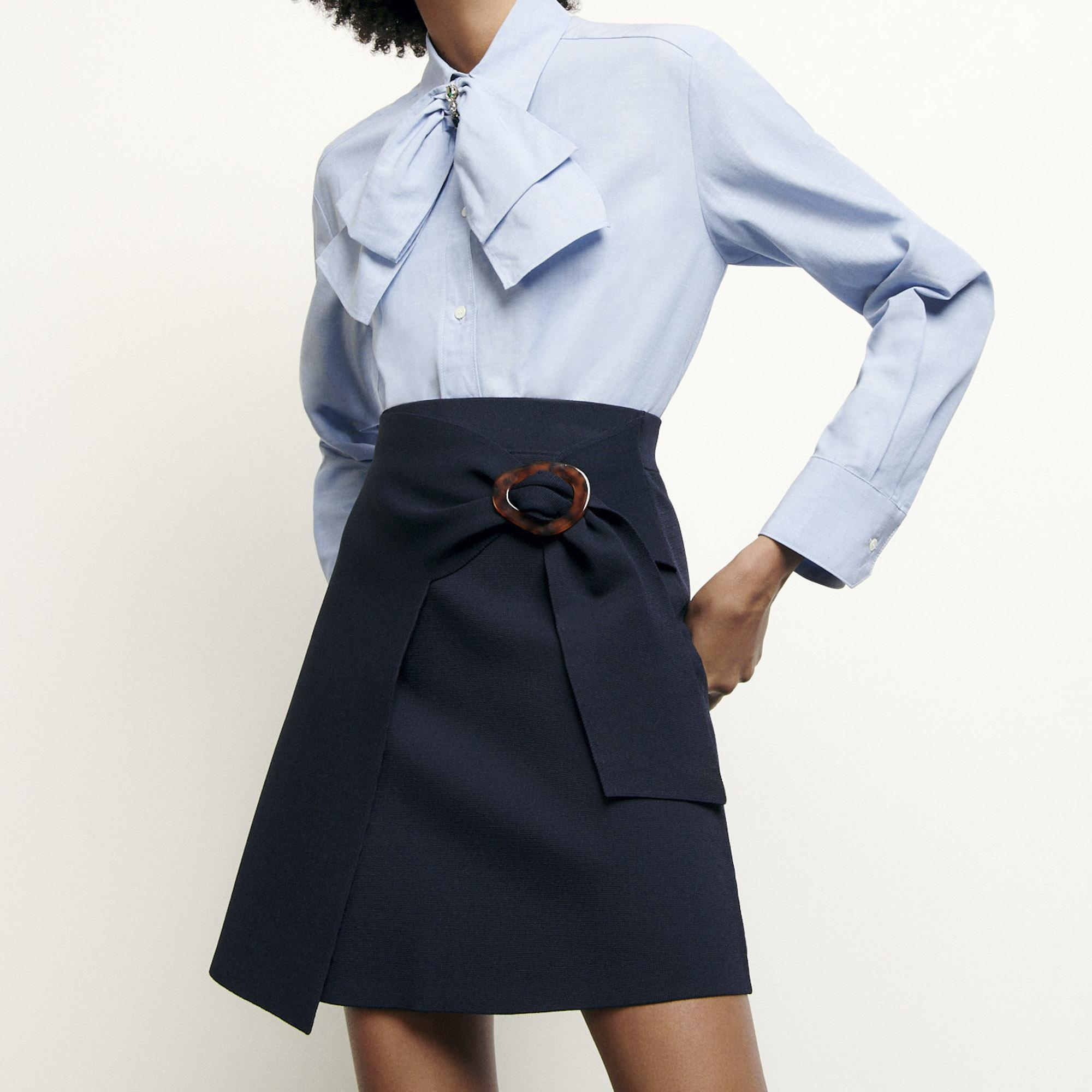 Short knitted skirt with buckle