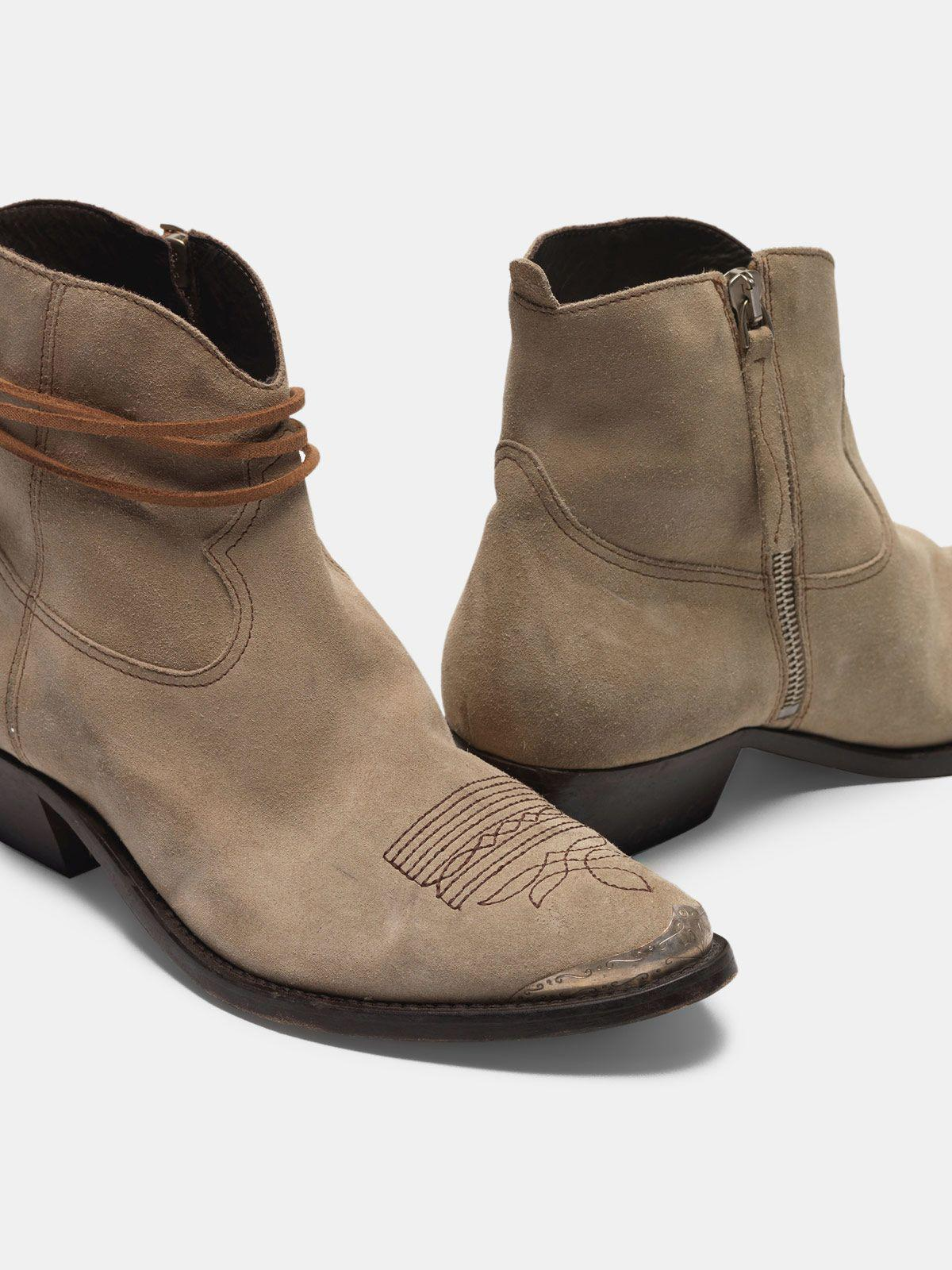 Young ankle boots in suede with cowboy-style decoration 3