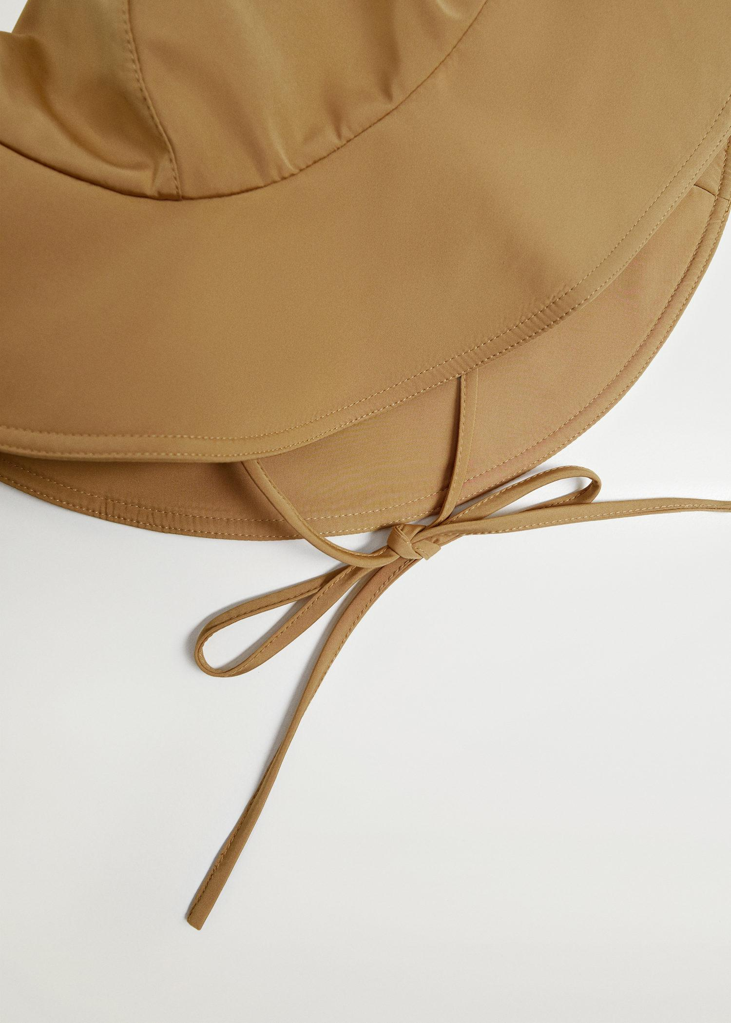 Bucket hat with straps