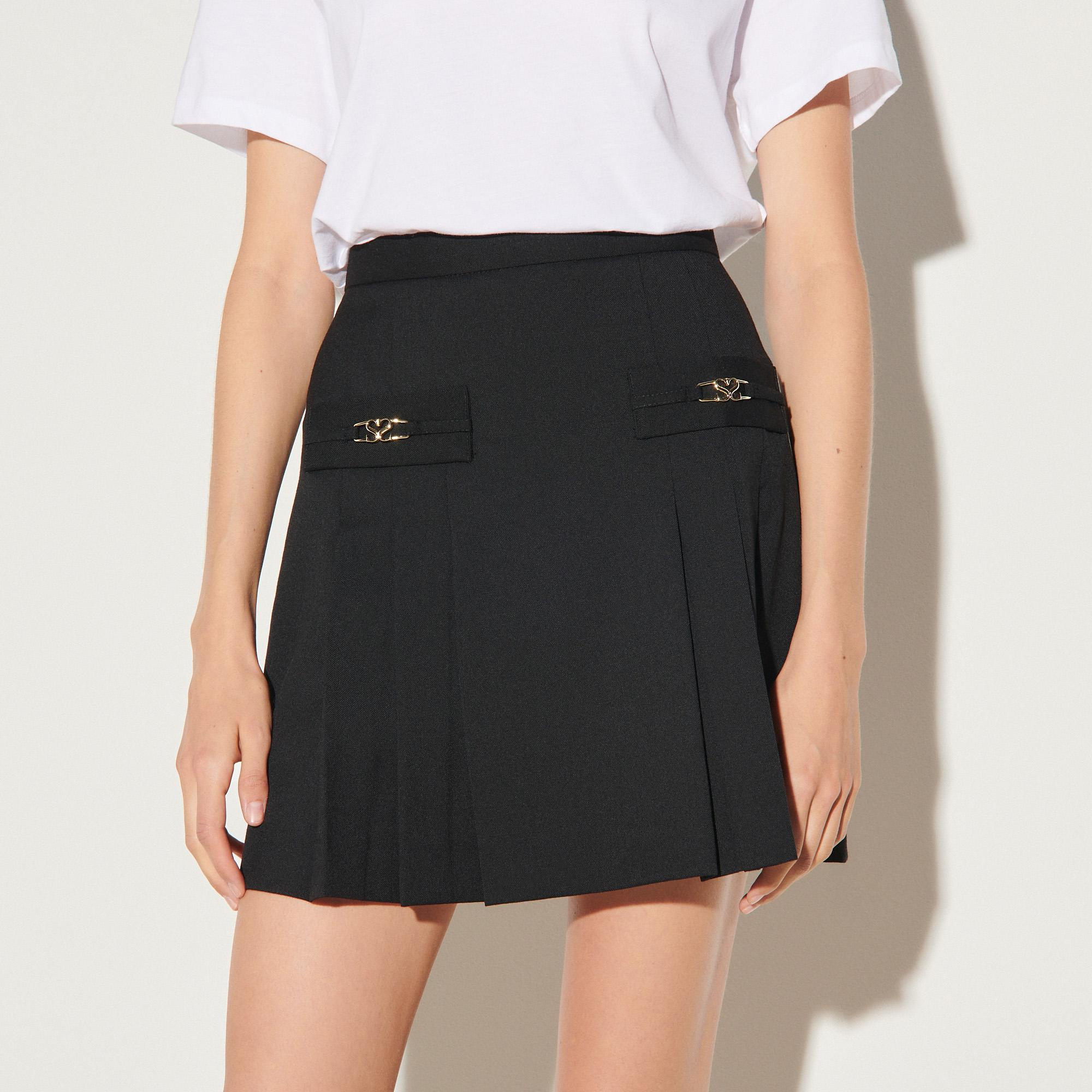 Short skirt with stitched pleats 3
