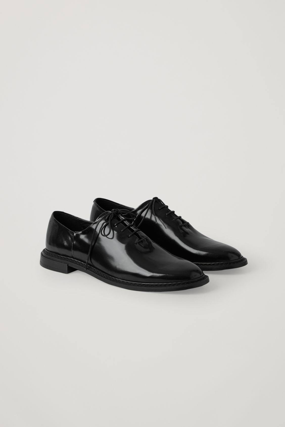 PATENT LEATHER LACE-UP BROGUES