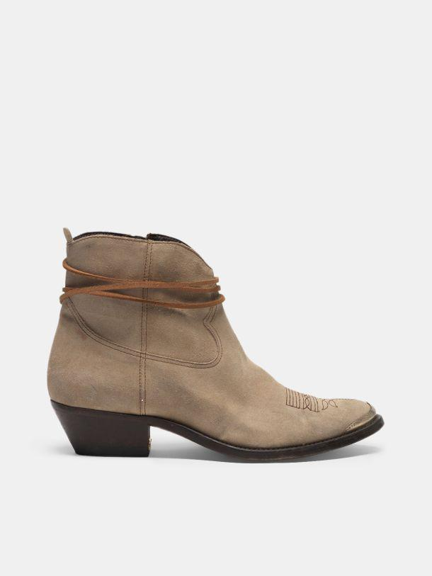 Young ankle boots in suede with cowboy-style decoration