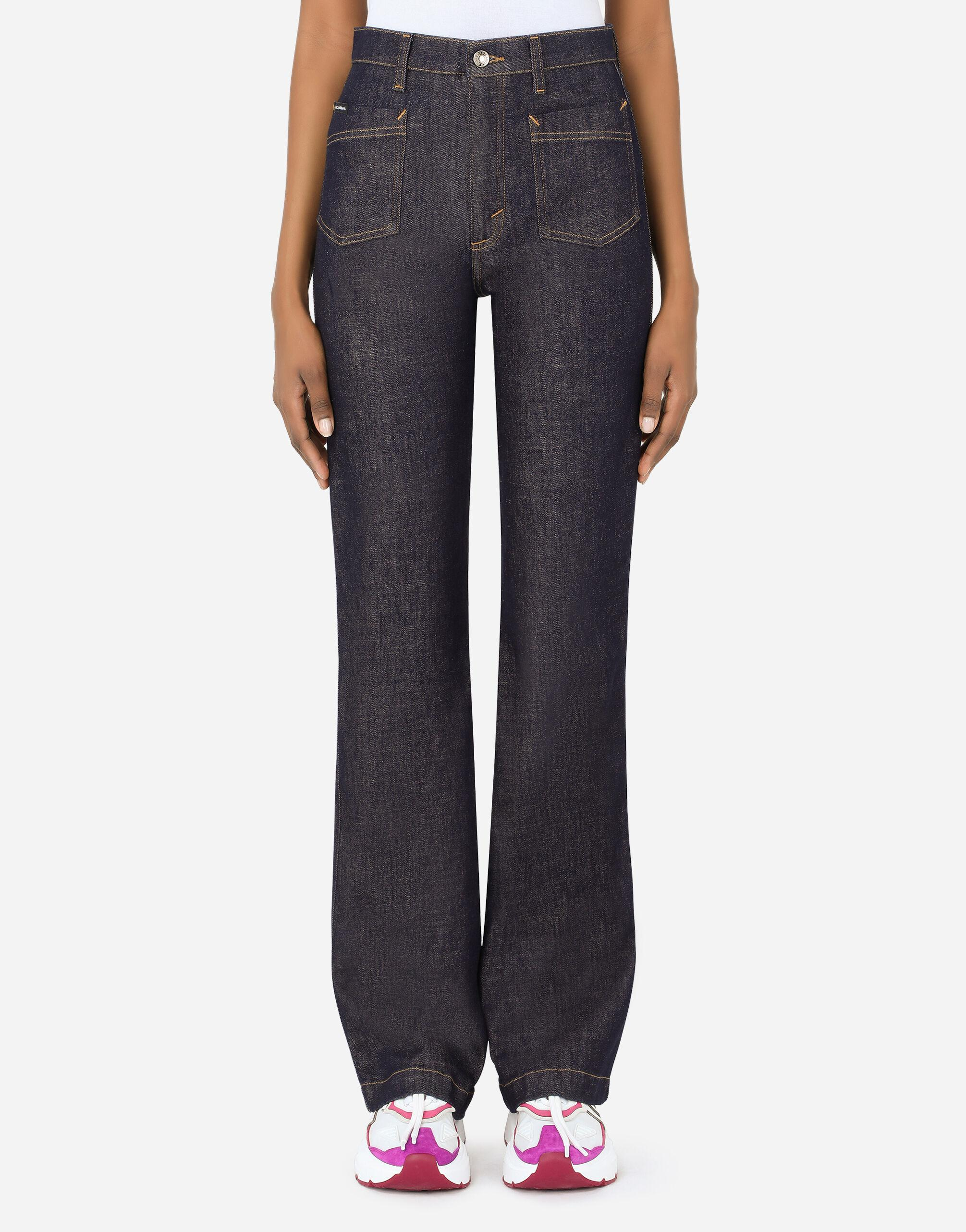 Flared jeans with tobacco-colored stitching
