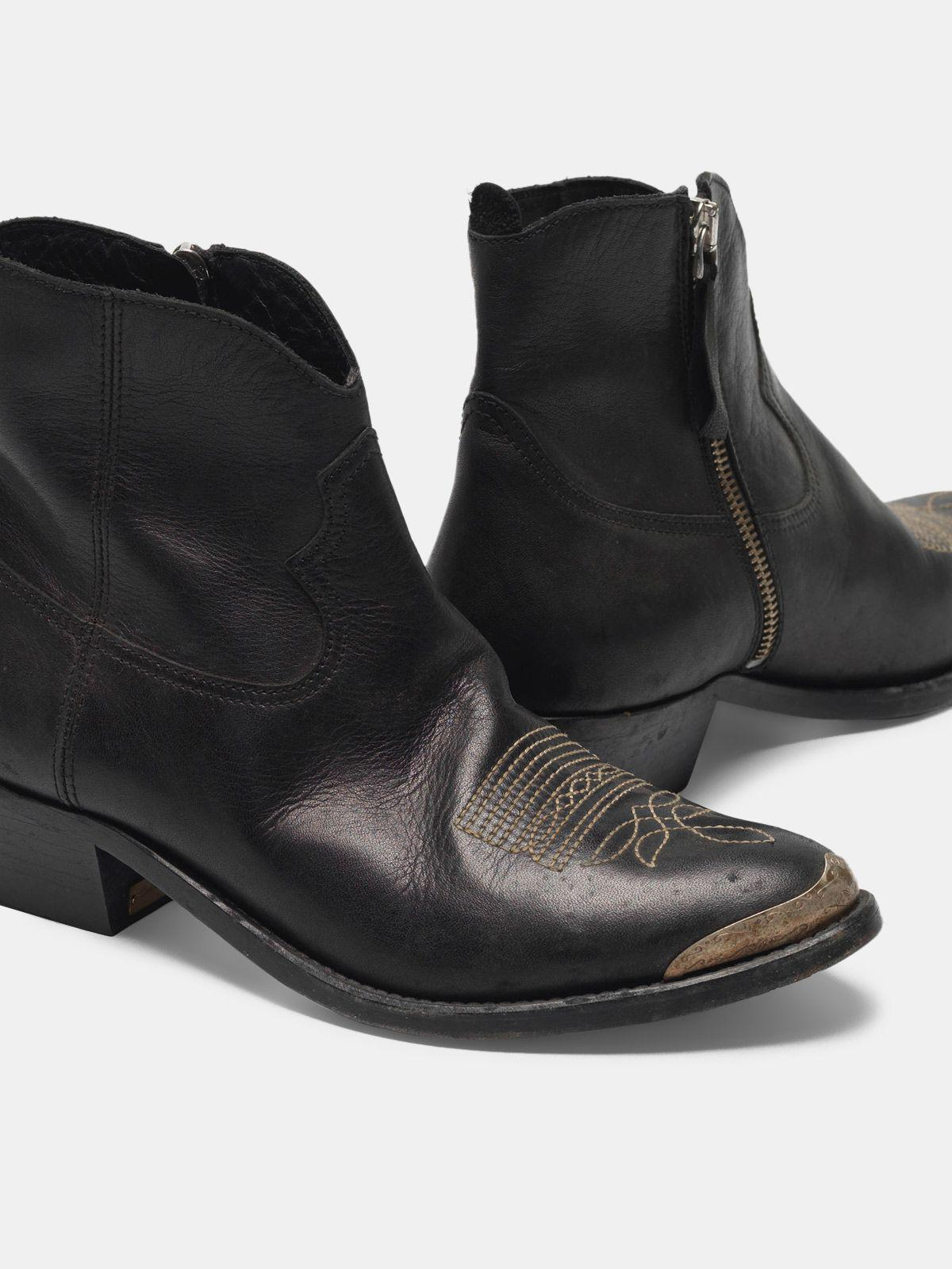 Young ankle boots in leather with cowboy-style decoration 3