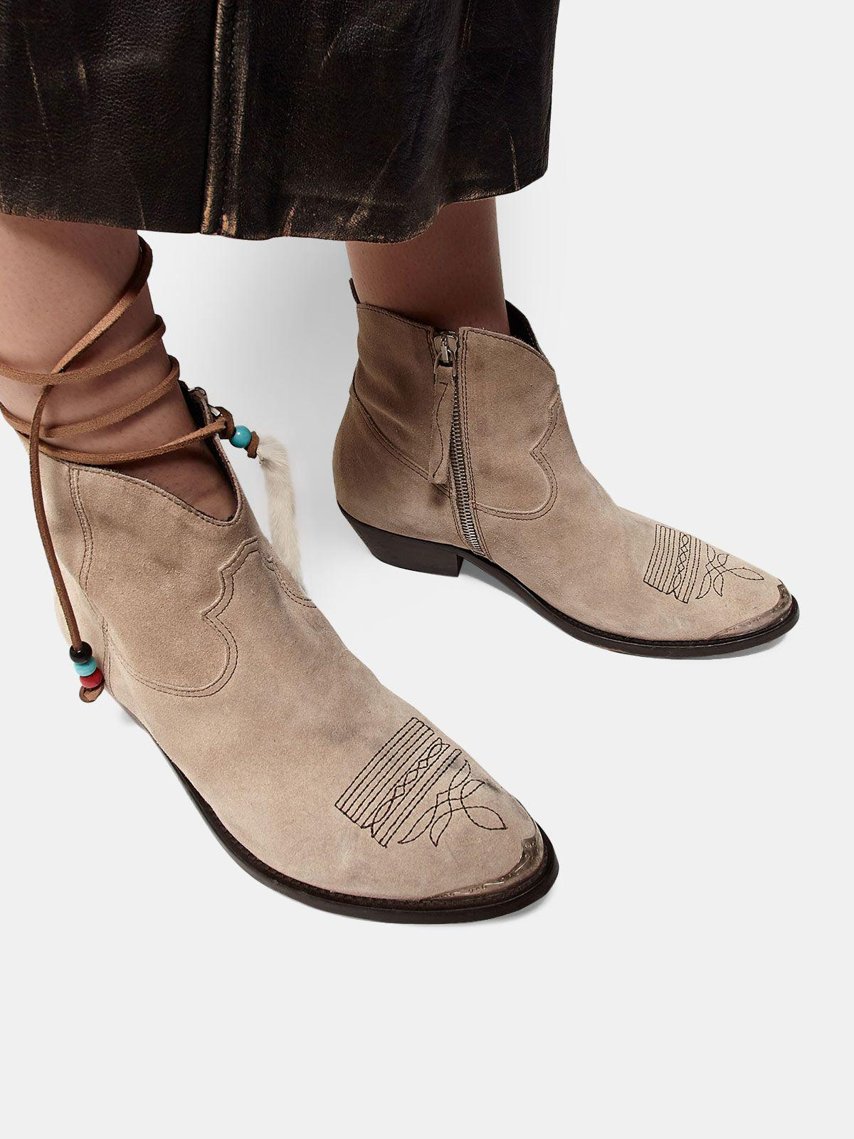 Young ankle boots in suede with cowboy-style decoration 4