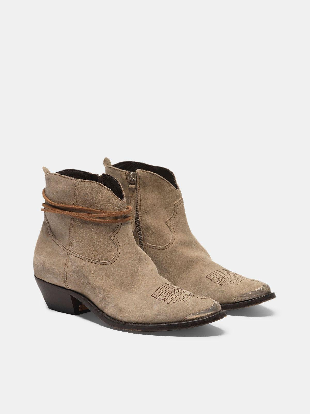 Young ankle boots in suede with cowboy-style decoration 2