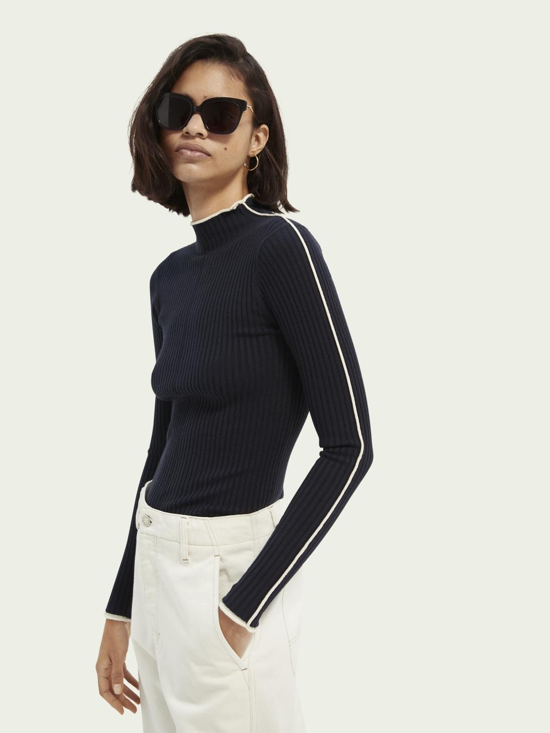 Contrasting piping knitted sweater